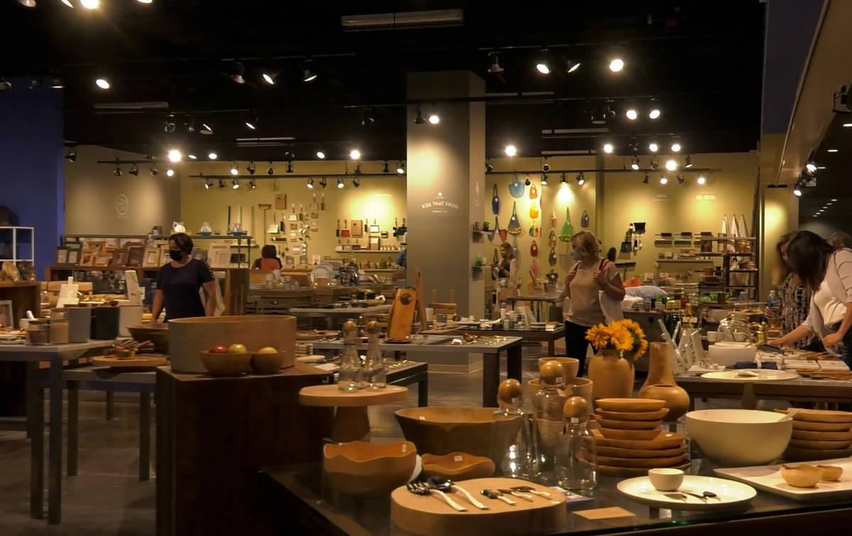 Compradores navegan por una sala de exposición de utensilios de cocina en Las Vegas Market el ...