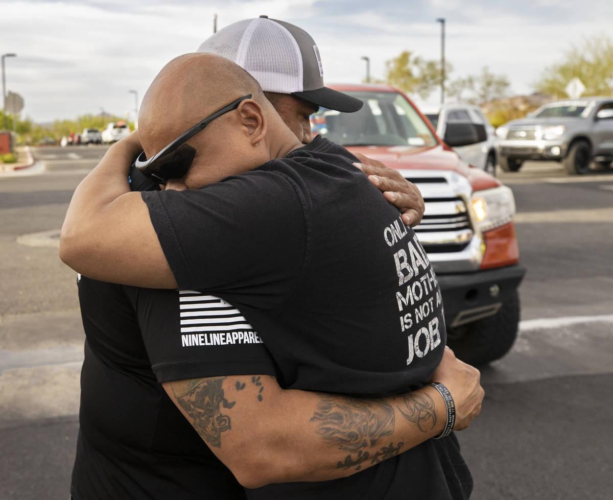 Richard Velásquez, izquierda, padre de Aaliyah Velásquez, recibe un abrazo de un miembro de S ...