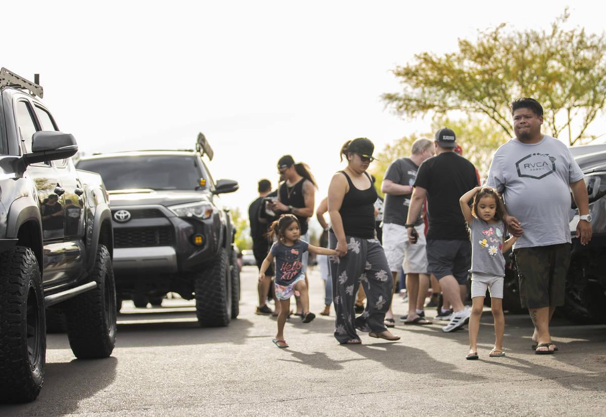 Miembros de Sin City Tundras esperan para iniciar un desfile de camionetas para apoyar a Aaliya ...