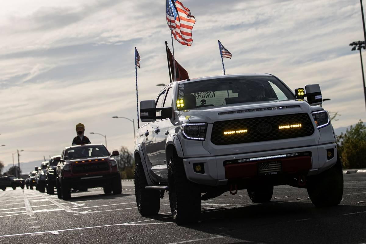 Cientas de camionetas abarrotan Newport Drive en Henderson durante un desfile de vehículos org ...