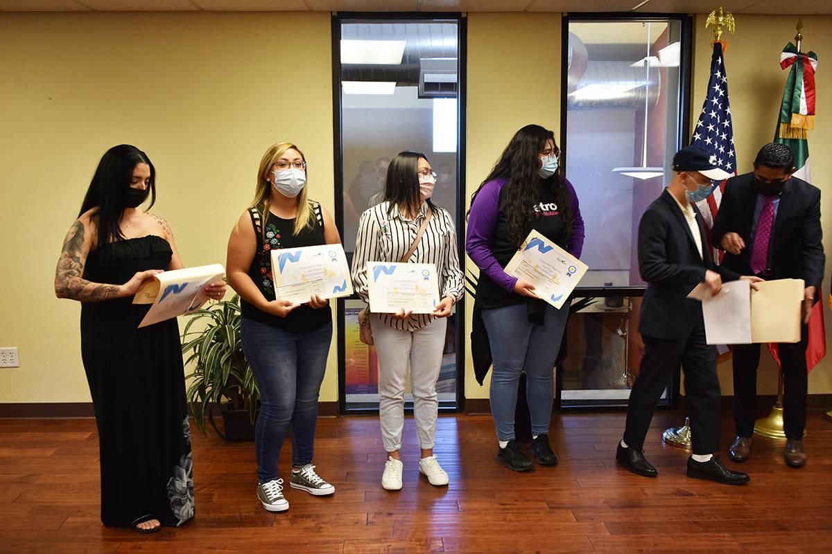 Jóvenes migrantes recibieron un apoyo económico para su solicitud o renovación de DACA. Esto ...