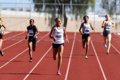 Kennedy Brace Centennial, tercera desde la izquierda, en su camino a ganar los 400 metros en la ...