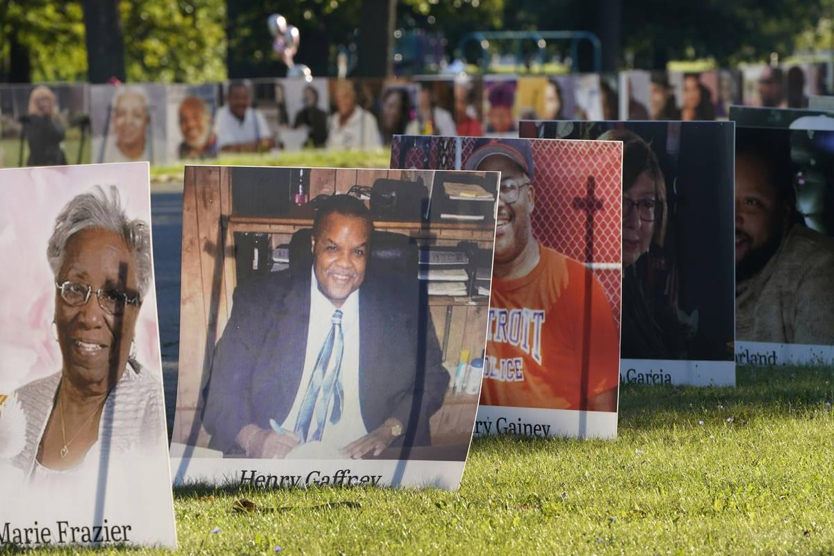 Algunas de las casi 900 fotos de las víctimas de Detroit del COVID-19 se exponen en Belle Isle ...