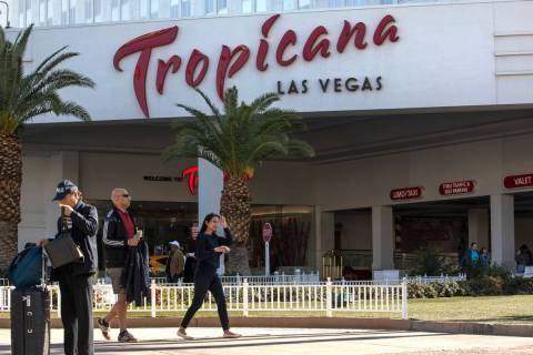 Turistas caminan frente a Tropicana en el Strip el miércoles, 19 de febrero de 2020, en Las Ve ...