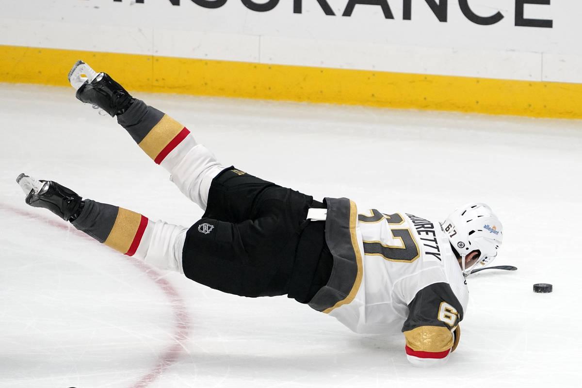 El ala izquierda de los Vegas Golden Knights, Max Pacioretty, tropieza mientras intenta alcanza ...