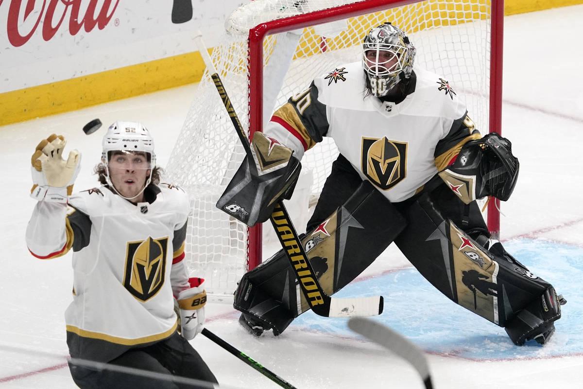 El defensa de los Vegas Golden Knights, Dylan Coghlan, a la izquierda, golpea el puck en el air ...