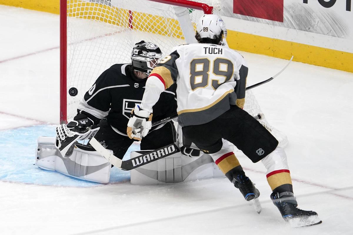 El ala derecha de los Vegas Golden Knights, Alex Tuch, a la derecha, anota contra el portero de ...