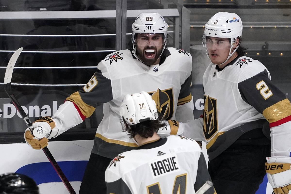 El ala derecha de los Vegas Golden Knights, Alex Tuch, centro, celebra su gol con el defensa Ni ...