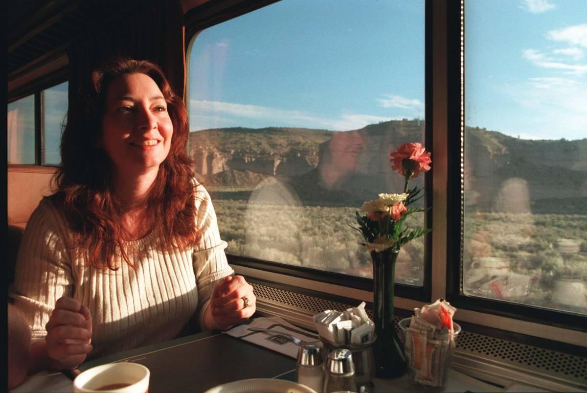 Scianna Augustine, una agente de viajes de Las Vega, toma su café matutino mientras el Desert ...