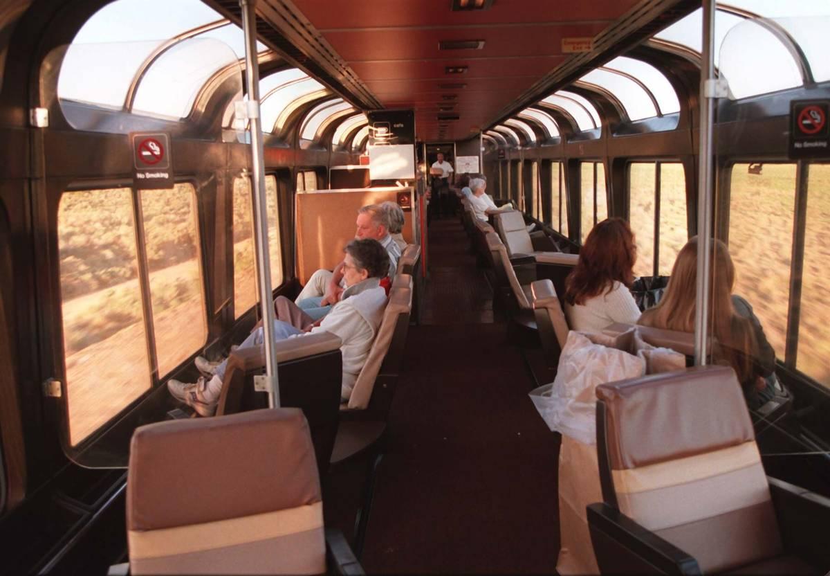 Mientras el Desert Wind de Amtrak se dirige a Las Vegas, los pasajeros disfrutan del paisaje y ...