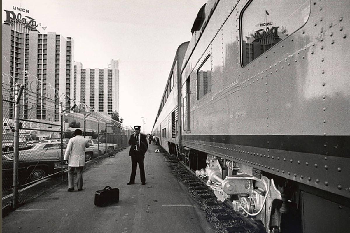Un tren de Amtrak se ve junto al hotel-casino The Plaza en el centro de Las Vegas el 24 de octu ...