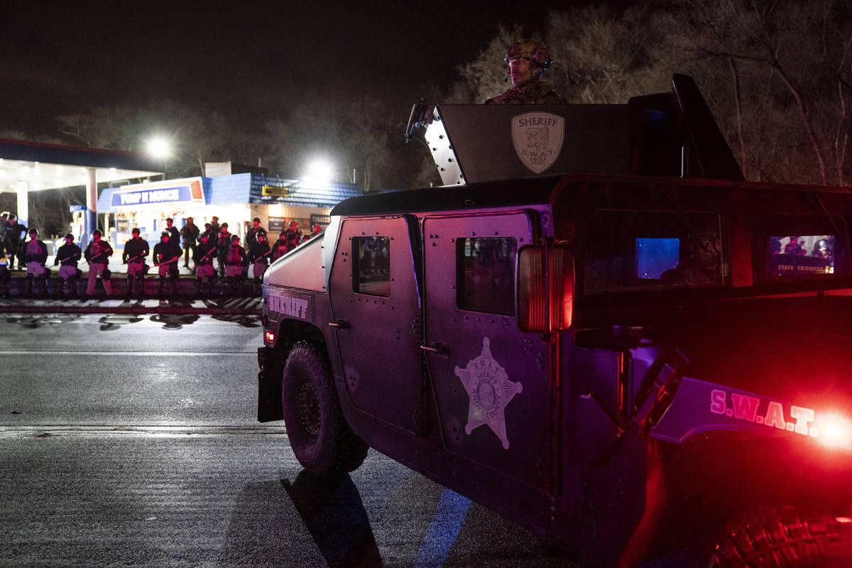 Las autoridades avanzan hacia una gasolinera después de perseguir a los manifestantes por viol ...