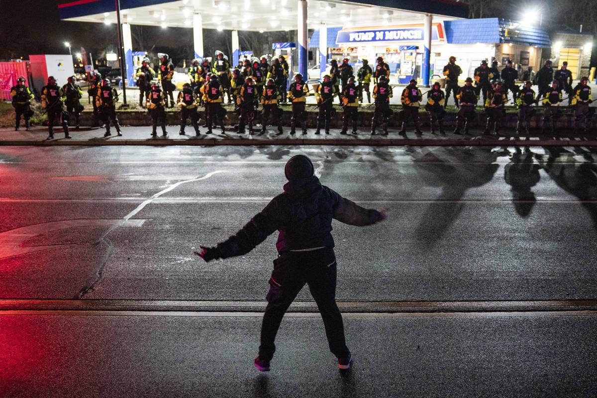 Un manifestante interrumpe a las autoridades que avanzaron en una gasolinera después de emitir ...