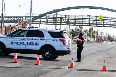 La policía de North Las Vegas está investigando la muerte de un hombre encontrado cerca de un ...