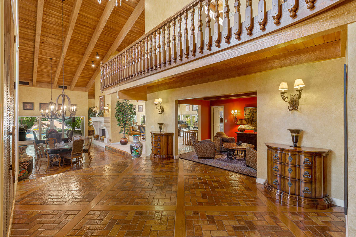 La vista desde el gran vestíbulo mirando hacia el comedor. (Fraser Almeida/Luxury Homes Photog ...