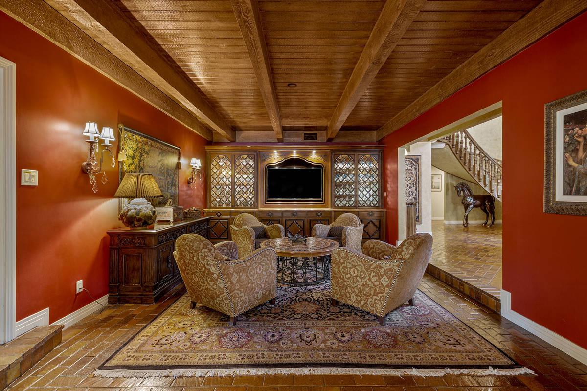 El estudio cuenta con armarios empotrados. (Fraser Almeida/Luxury Homes Photography)