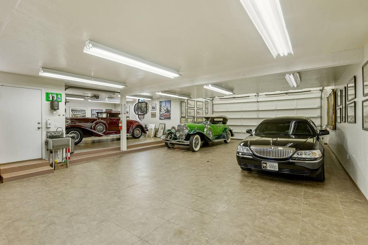 Un garaje adosado para seis coches se complementa con una zona de garaje independiente con capa ...