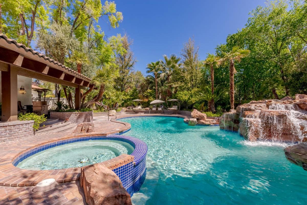 Los servicios de la propiedad incluyen una piscina y una cascada. (Fraser Almeida/Luxury Homes ...