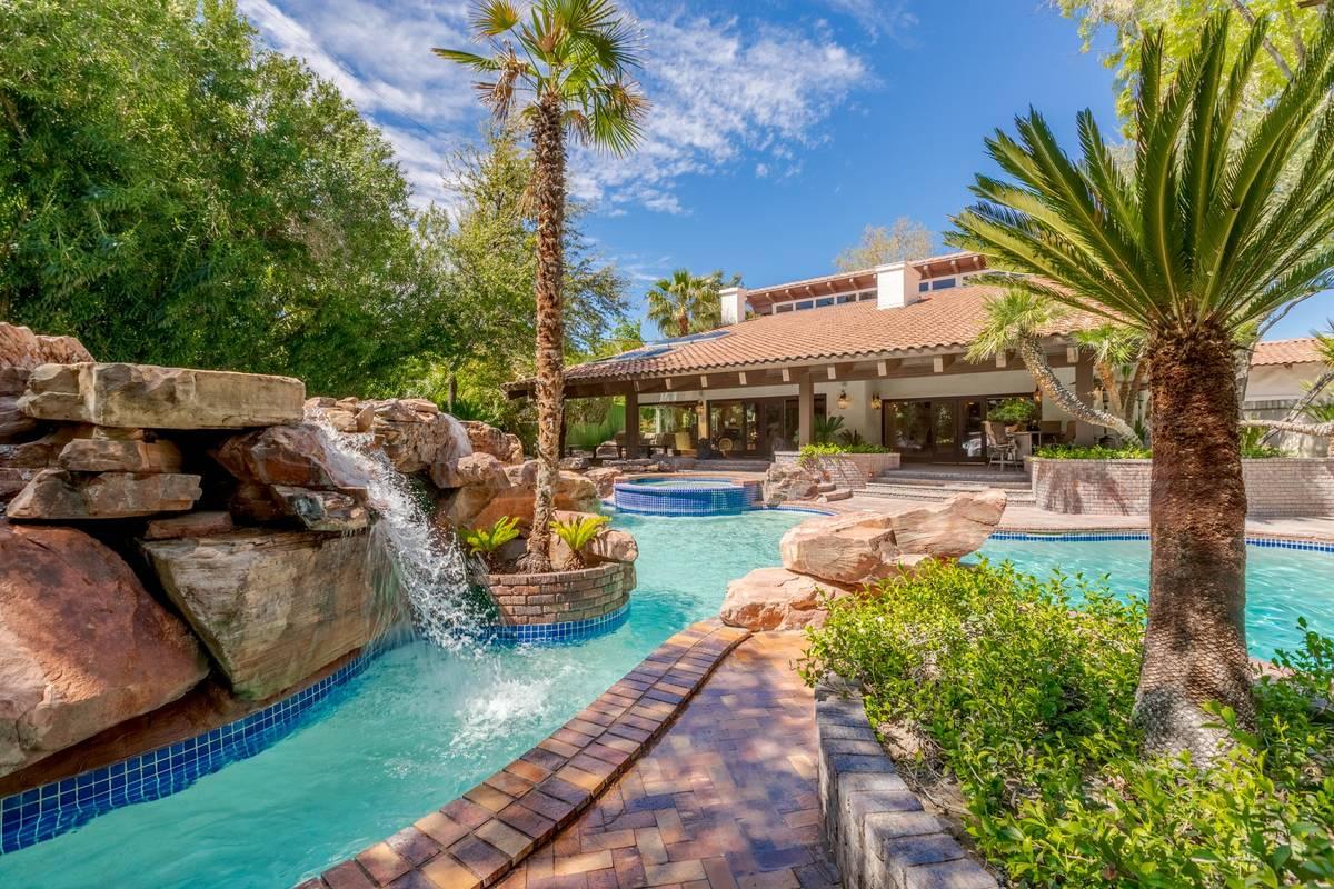 El patio incluye una piscina/spa y una cascada con un paisaje maduro. (Fraser Almeida/Luxury Ho ...