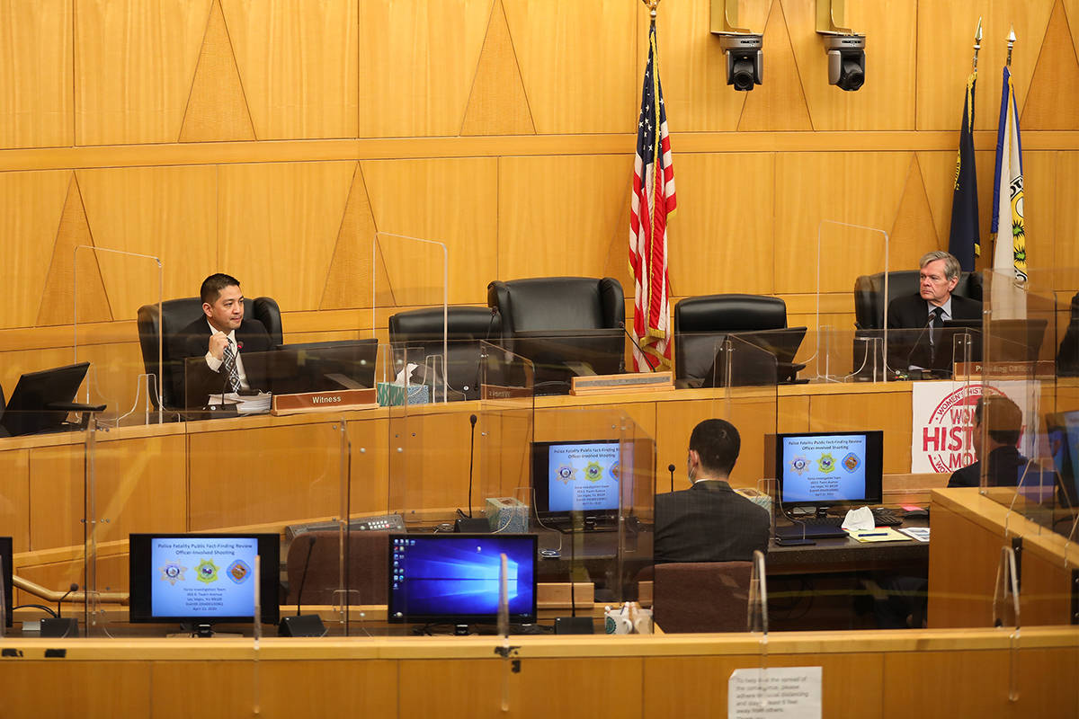 El detective de la policía de Las Vegas, Scott Mendoza, a la izquierda, habla en una revisión ...
