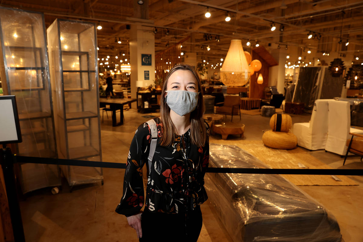 Paige Breidenbach de Fargo, N.D. en el último día de la feria Las Vegas Market en World Marke ...