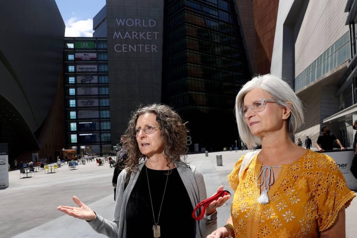 Wendy Williams, izquierda, y Wanda Randall de Eugene, Oregón, en el último día de la feria L ...