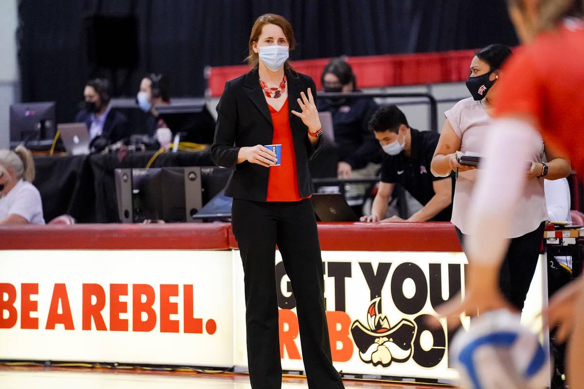 La entrenadora del año de Mountain West, Dawn Sullivan, da instrucciones en un partido de la t ...
