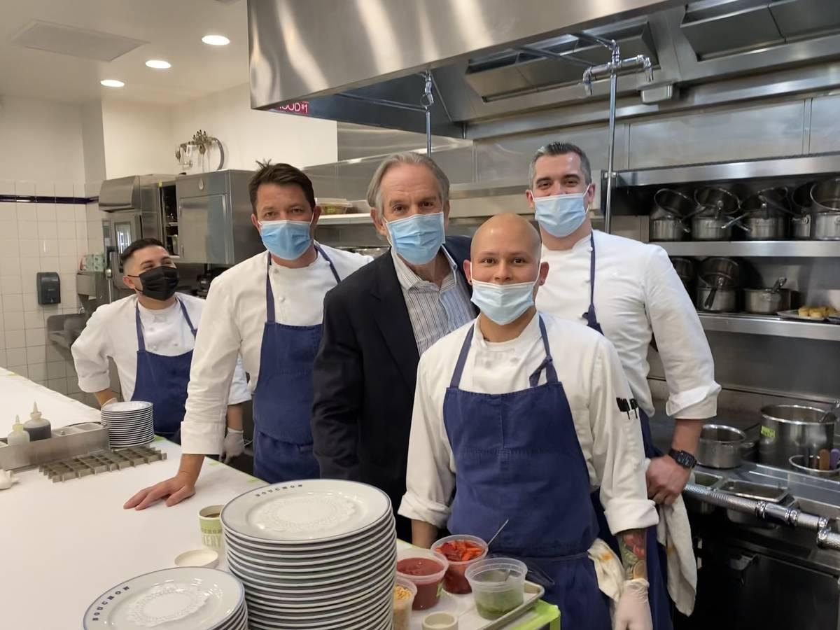 Thomas Keller, al centro, con su equipo en la cocina de Bouchon en The Venetian el 9 de abril d ...