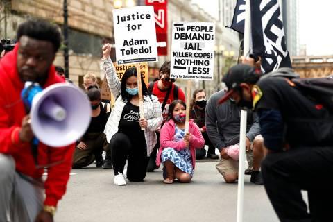 Abigail García, de 7 años, derecha, se arrodilla con su madre Judith García y otros manifest ...
