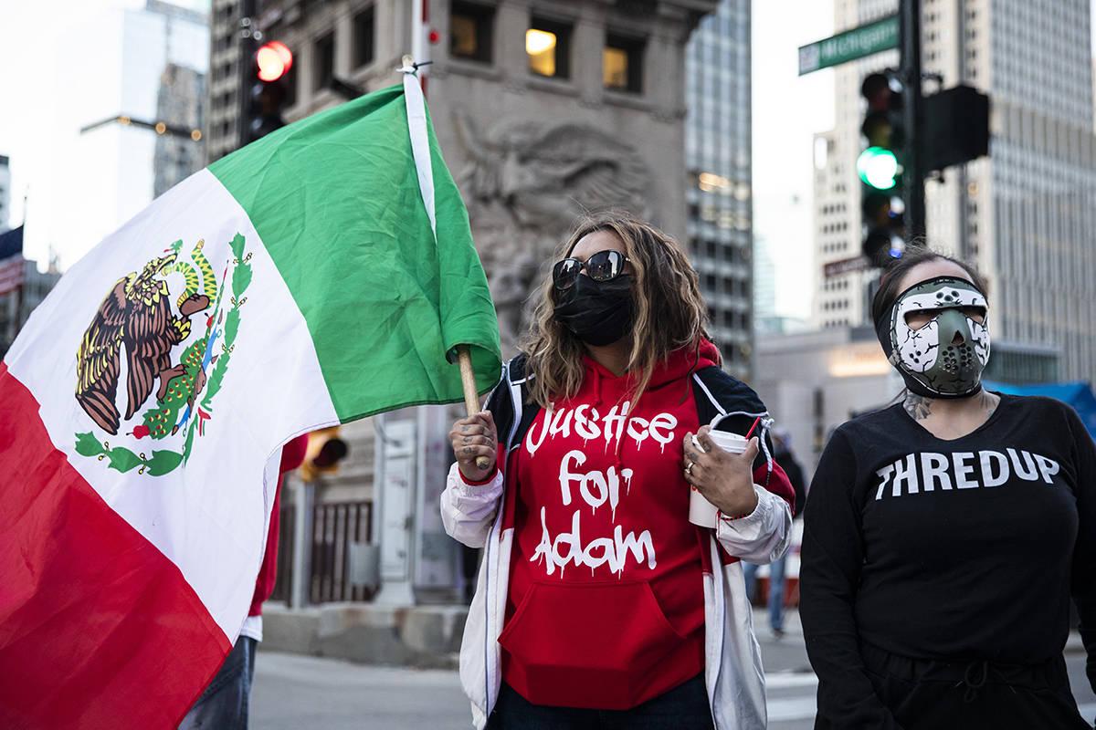 Los manifestantes marchan por la avenida Michigan en el Loop después de que la ciudad de Chica ...