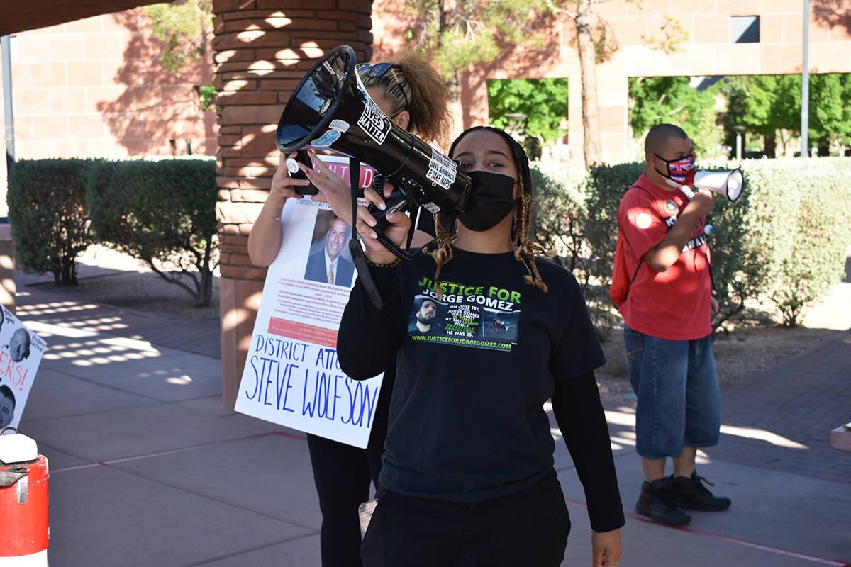 Exclamando distintas frases, manifestantes piden que se sancione a los oficiales involucrados e ...