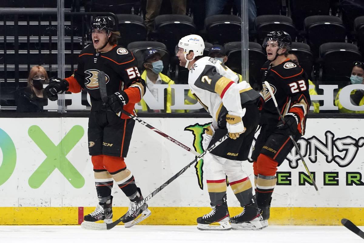 El ala izquierda de los Anaheim Ducks, Max Comtois (izquierda), celebra después de anotar dura ...