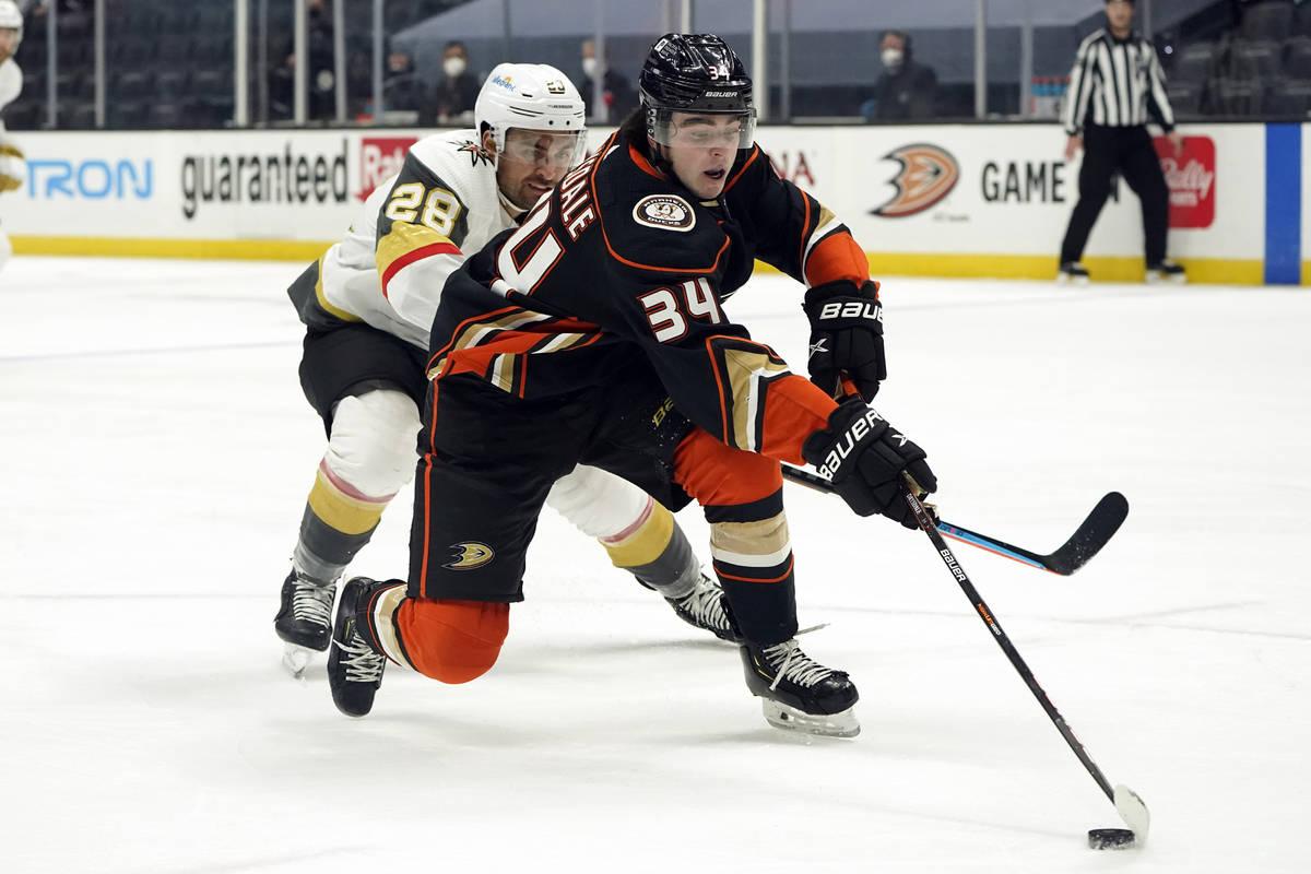 El defensa de los Anaheim Ducks, Jamie Drysdale (34), alcanza el puck frente al ala izquierda d ...
