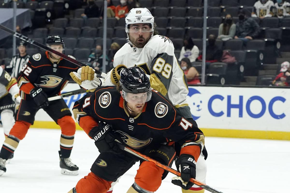 El defensa de los Anaheim Ducks Cam Fowler (4) defiende al ala derecha de los Vegas Golden Knig ...