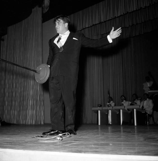 Shecky Greene se presenta en el mismo show que Elvis Presley en New Frontier el 30 de abril de ...