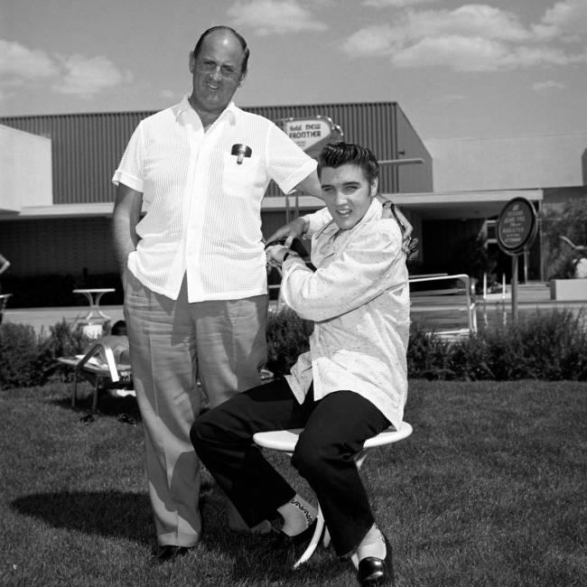 Elvis Presley se toma fotos publicitarias con su representante, el coronel Tom Parker, en New F ...