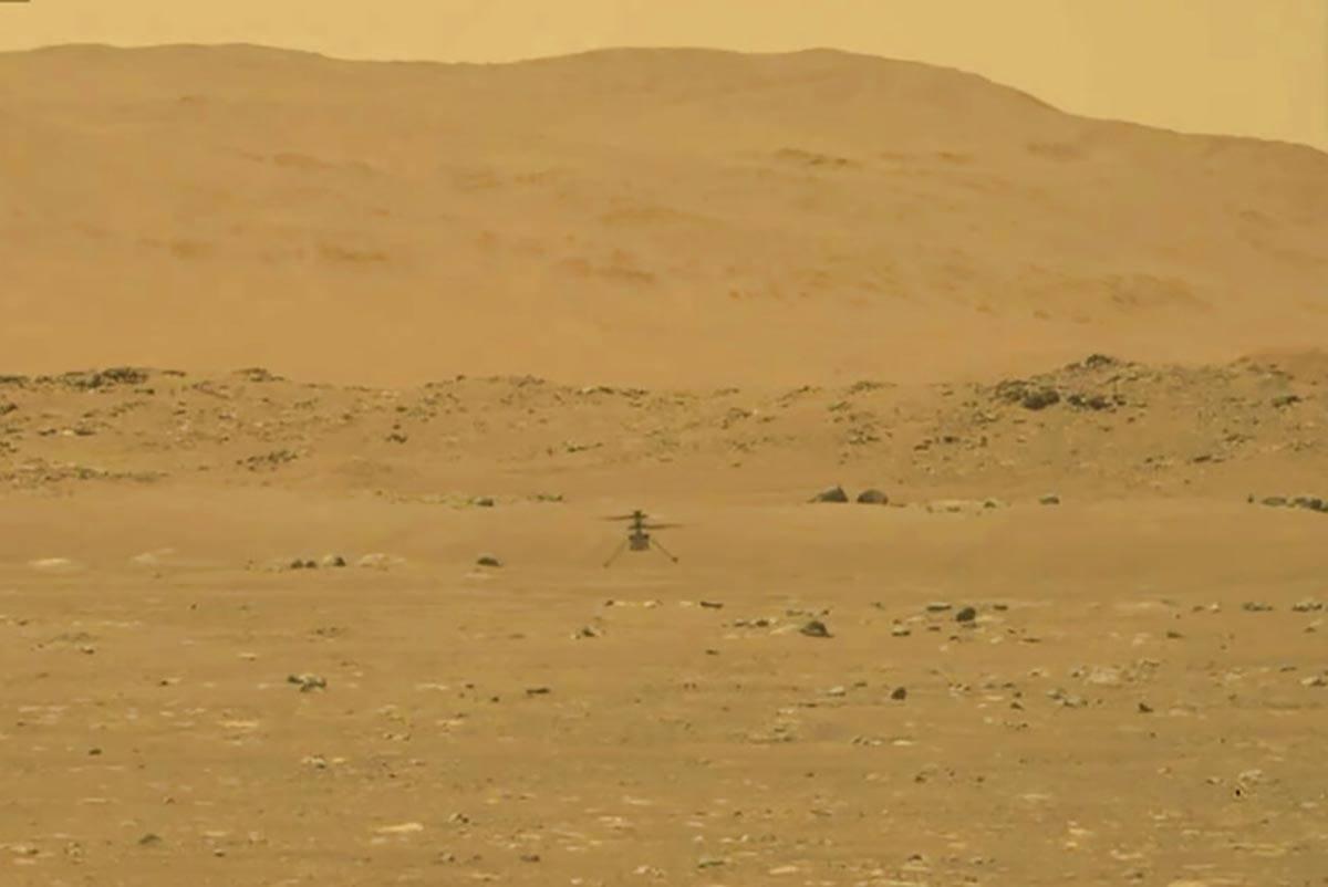 En esta imagen de la NASA, el helicóptero experimental de la NASA para Marte, Ingenuity, aterr ...