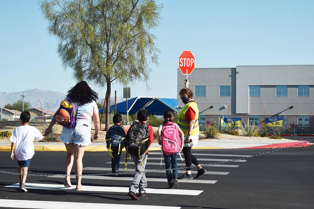 Antes de optar por la educación a distancia completa, se les pide a los padres y tutores que r ...