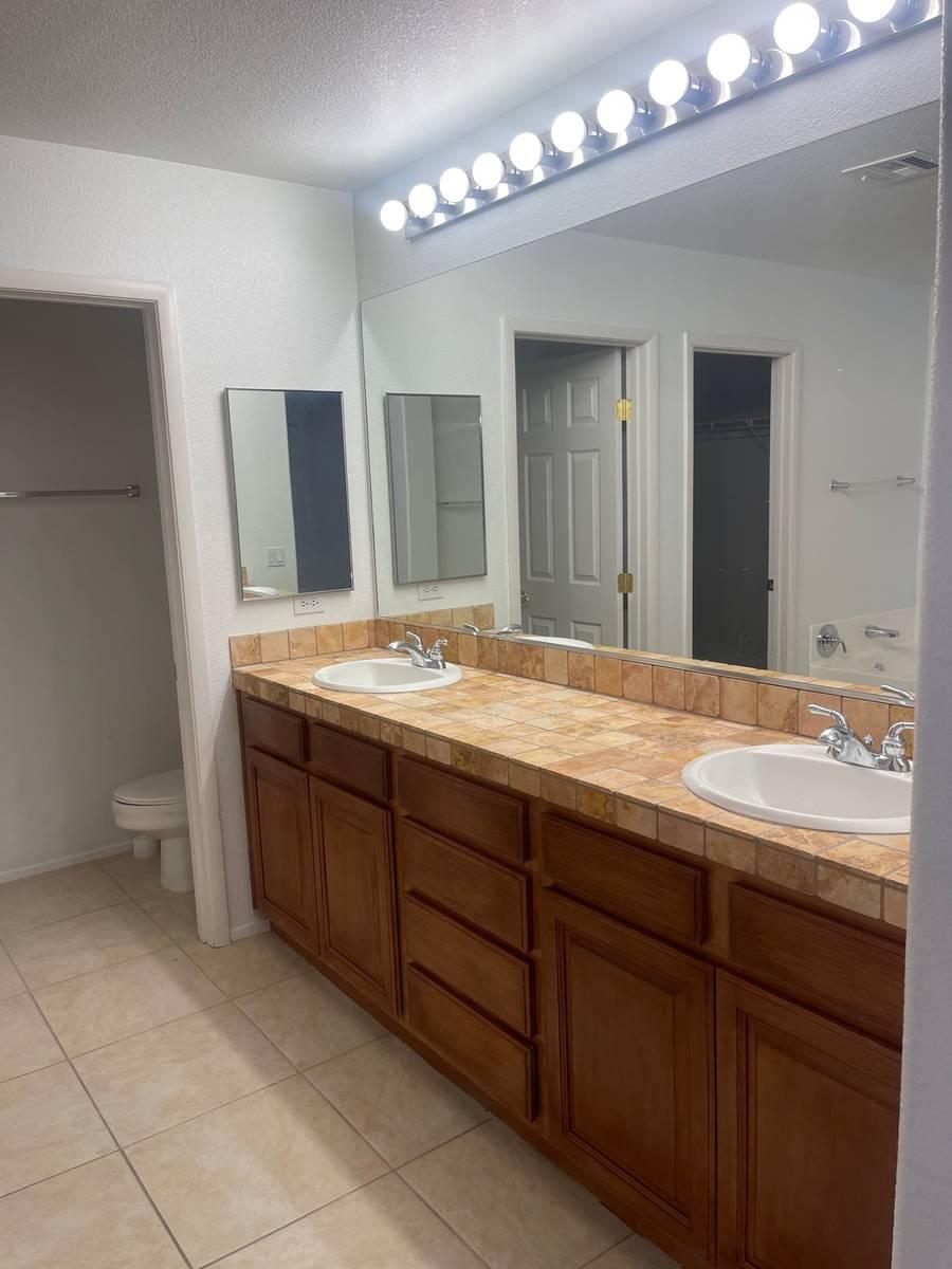 El baño de la casa en 5720 Deer Brush Court, North Las Vegas, ofrece mucho espacio entre lavab ...