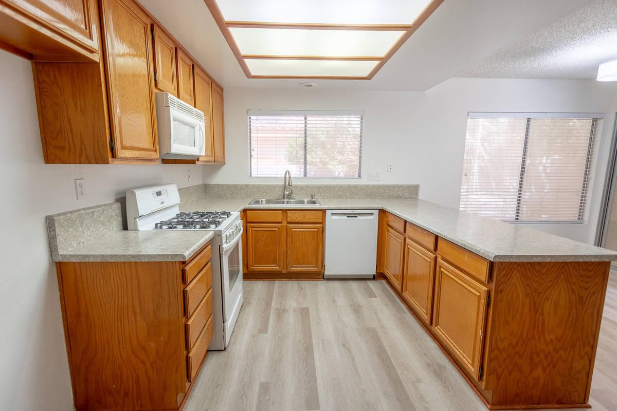 La cocina de la casa en 328 de Templeton Drive, Henderson, crea una sensación de mucho espacio ...