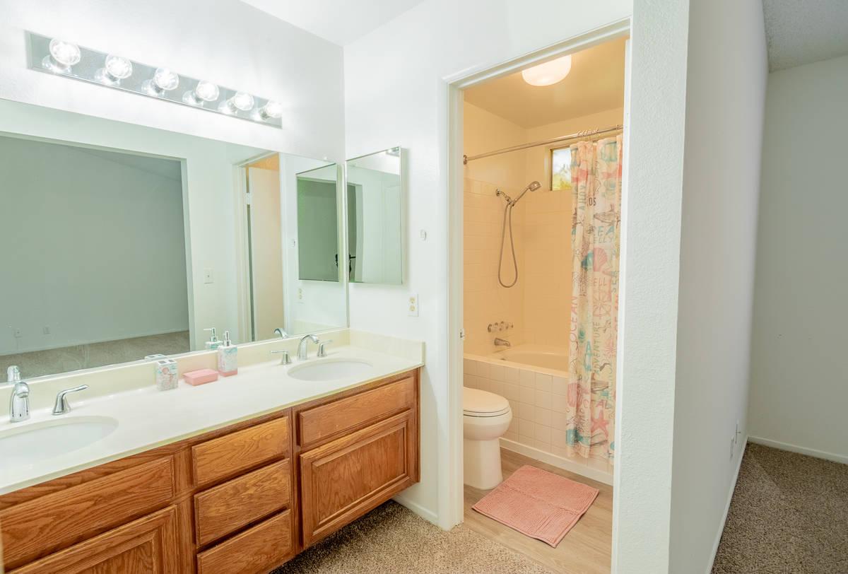El baño de la casa en 328 de Templeton Drive, Henderson, es amplio. (Story Book Images)
