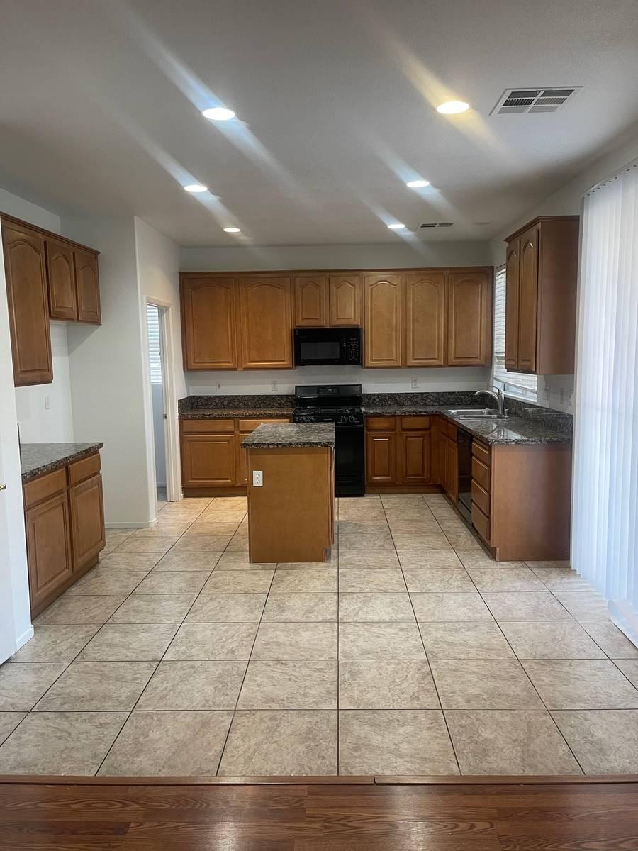 La cocina de la casa en 5720 Deer Brush Court de North Las Vegas incluye una isla y mucho espac ...