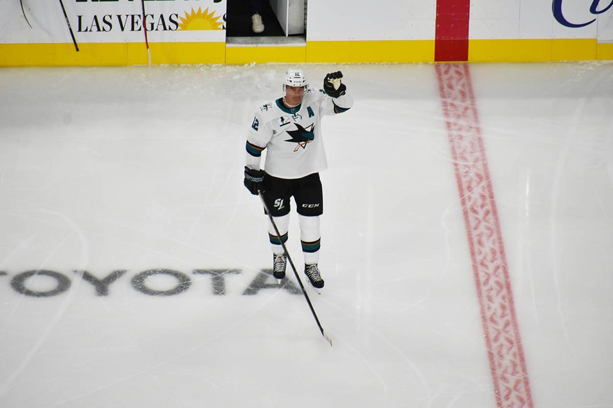 El jugador de San José Sharks, Patrick Marleau (12), agradece a los aficionados de Las Vegas p ...