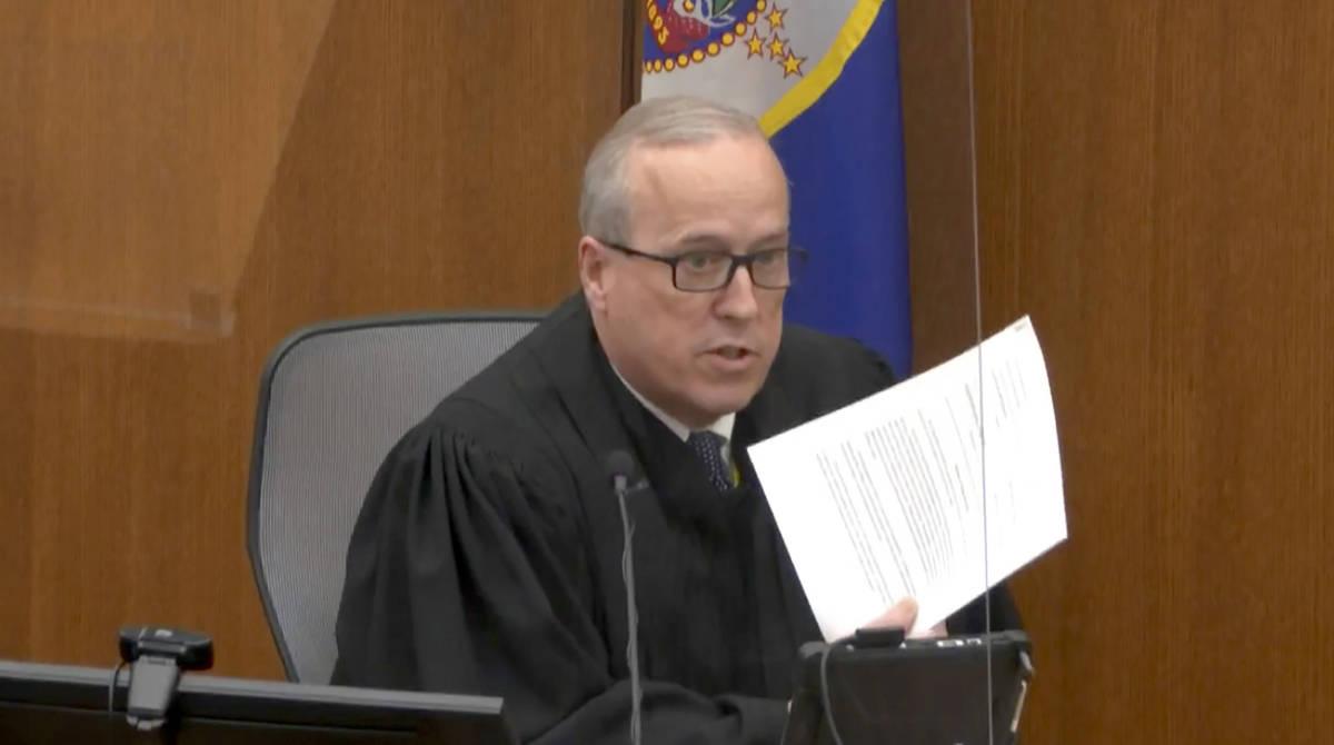 En esta imagen de un video, el juez del Condado Hennepin, Peter Cahill, lee las instrucciones a ...