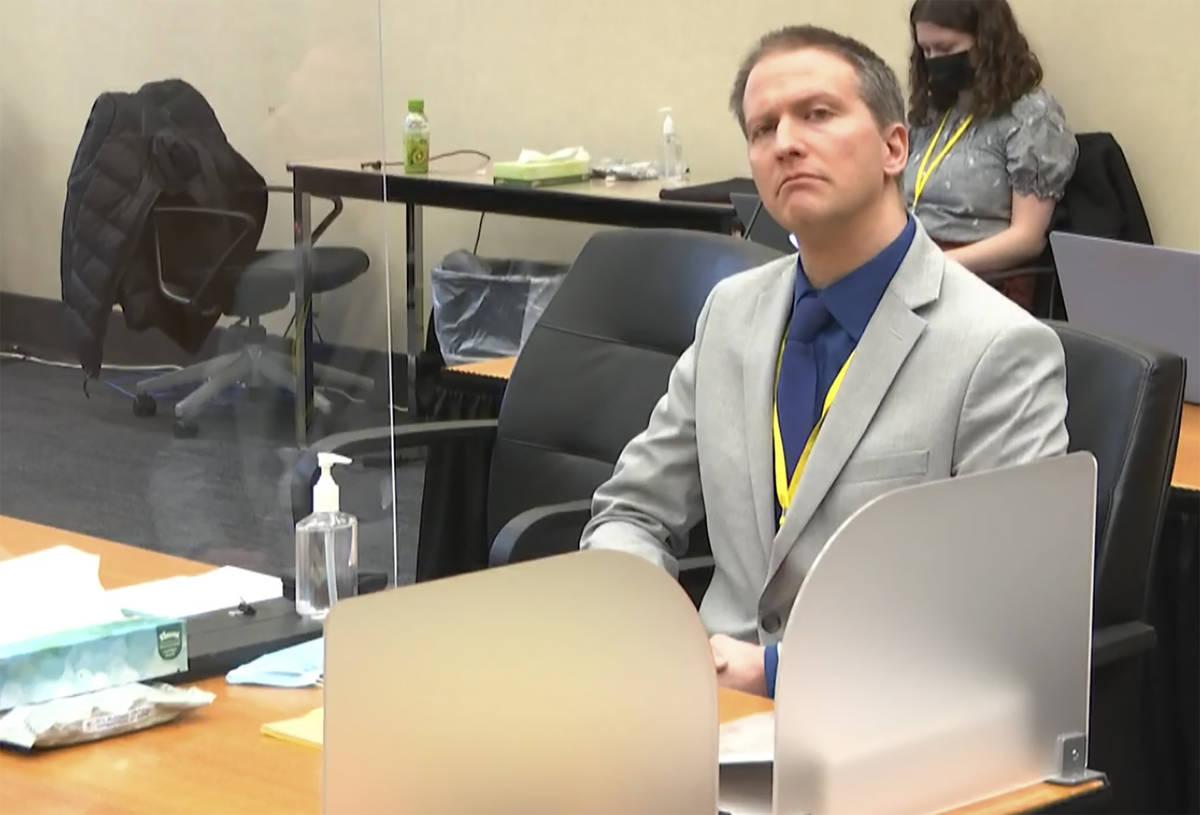 En esta imagen de un video, el ex oficial de policía de Minneapolis Derek Chauvin escucha mien ...