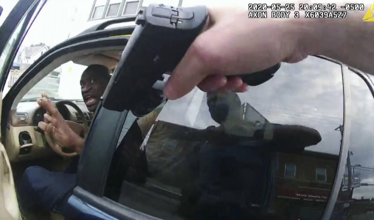 En esta imagen del video de la cámara corporal de la policía, George Floyd responde a la poli ...