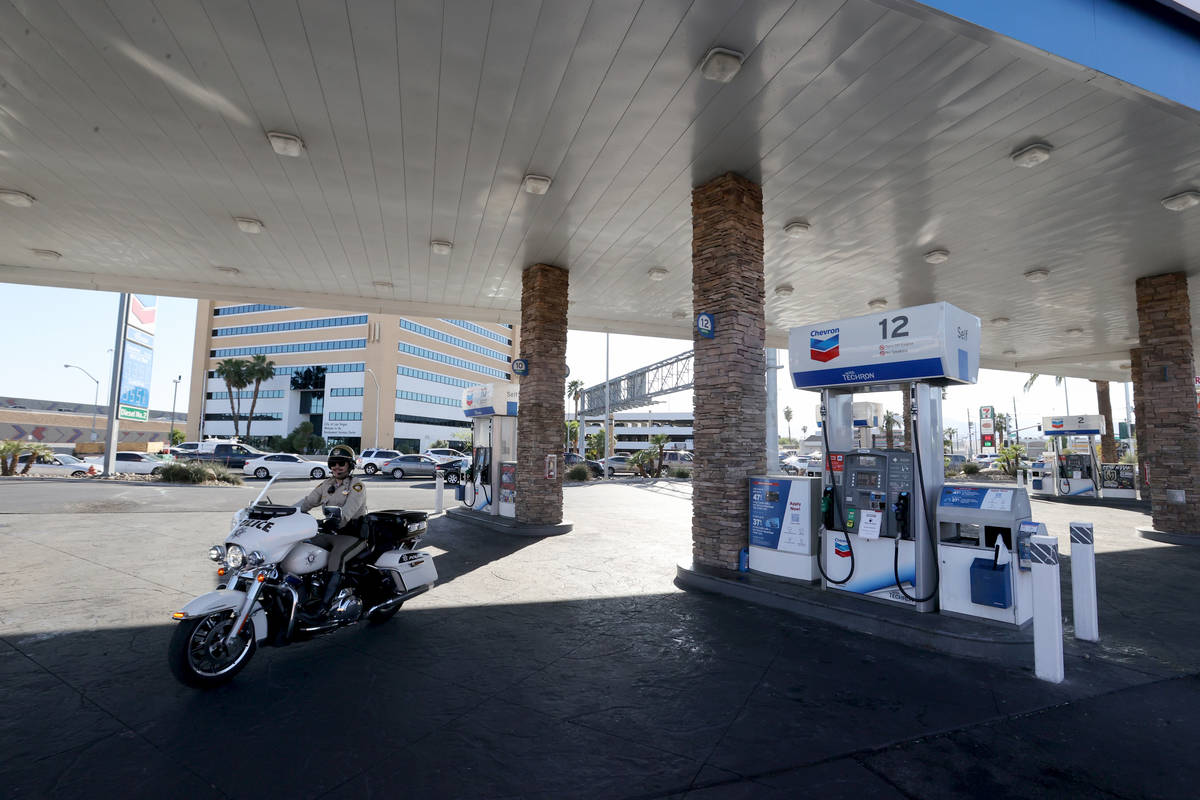 Surtidores de gasolina vacíos en la estación Chevron de Rancho Drive y Bonanza Road en Las Ve ...