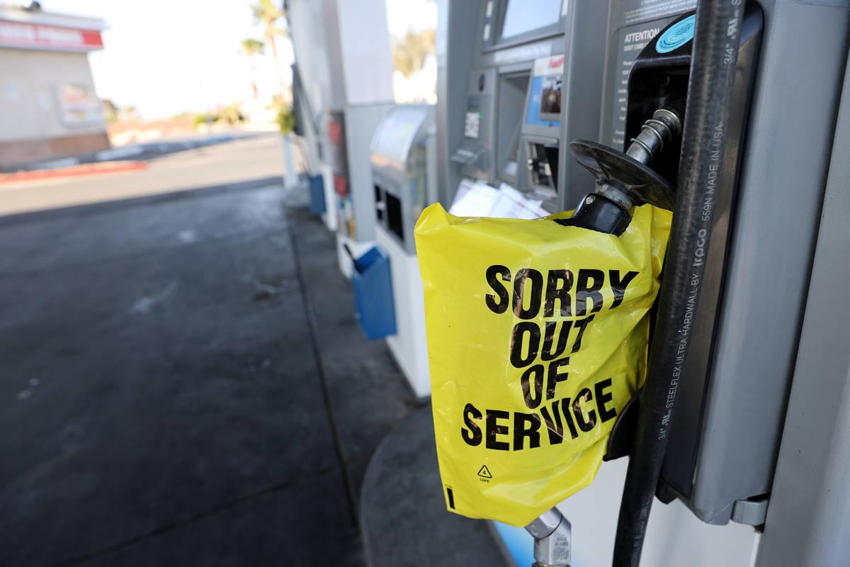 Surtidores de gasolina vacíos en la estación Chevron de Rancho Drive y Martin Luther King Blv ...