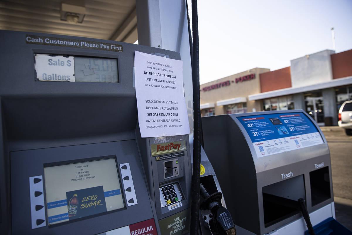 Un letrero que indica que solo hay gasolina suprema 91 y diésel en una gasolinera Chevron en l ...