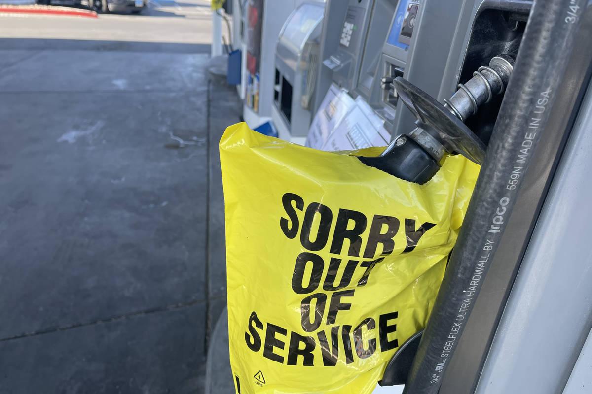 La gasolinera Chevron en la esquina de Martin Luther King Jr. Boulevard y Bonanza Road el 19 de ...